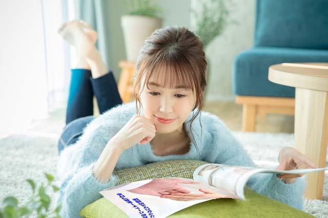 結婚相談所のパンフレットを読む女性